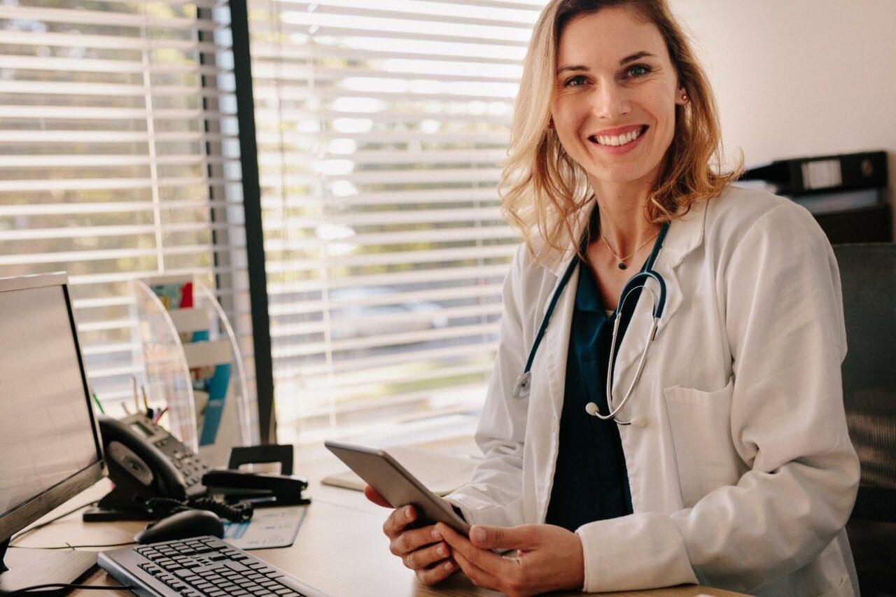 junge Ärztin mit Tablet