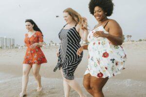 Adipöse Frauen am Strand