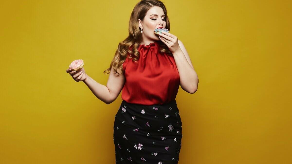 Frau beißt in Donut
