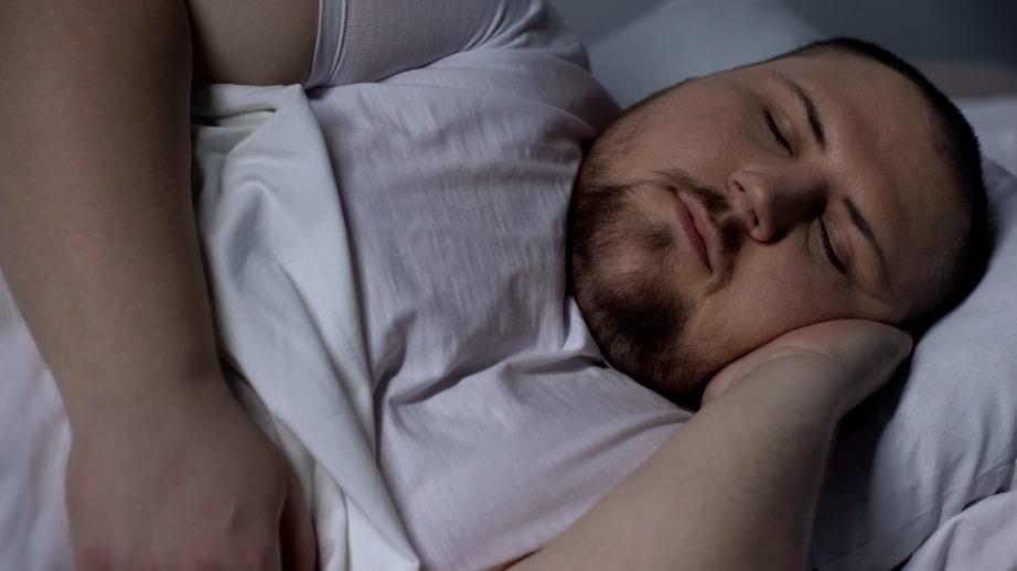 Man mit Übergwicht schläft
